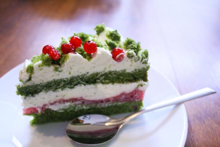 Leśne ciasto z truskawkami i czerwonymi porzeczkami