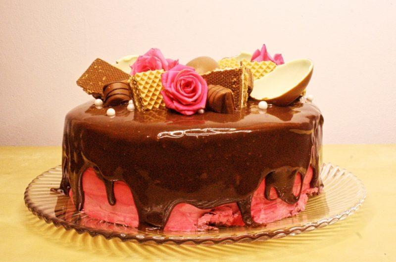 Tort czekoladowy z bitą śmietaną, żelką malinową i białą czekoladą z Lentilkami