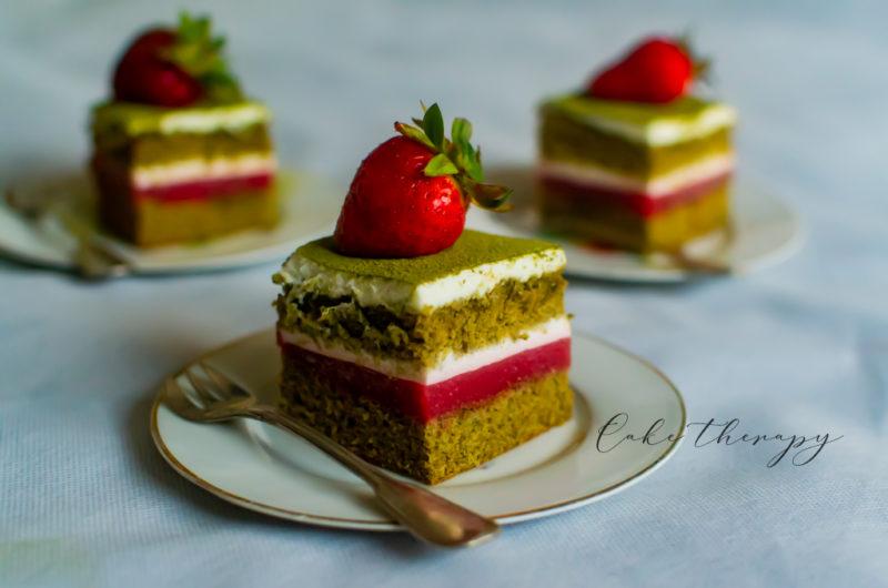 Ciasto Matcha z truskawkami